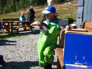 Tobias med en fisk på 338 gram